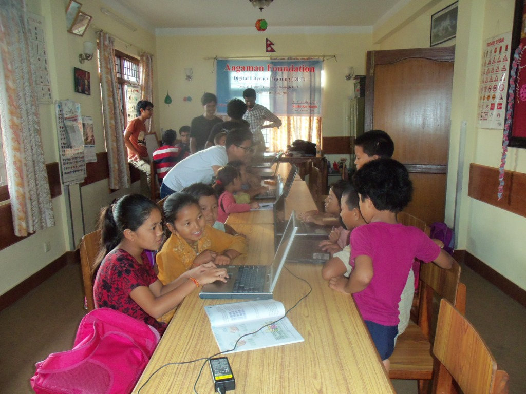 children-of-grade-2-and-3-injoying-computer-games-aug-2013